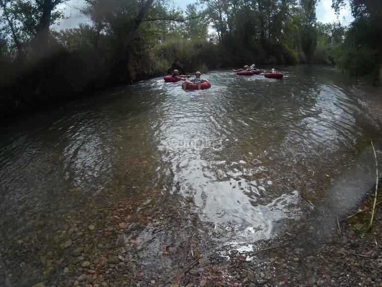 Montando en hinchables en el rio