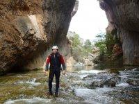 Barranquista en el rio en Cuenca