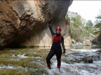 De pie sobre los saltos de agua