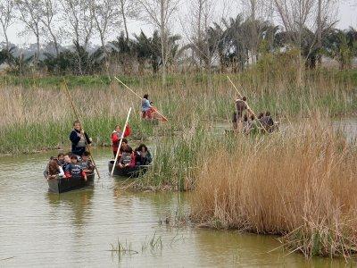 独木舟和儿童和食物的船