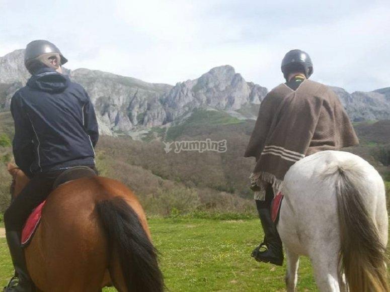 Observando el paisaje desde los caballos