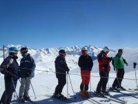 Esquiadores preparandose