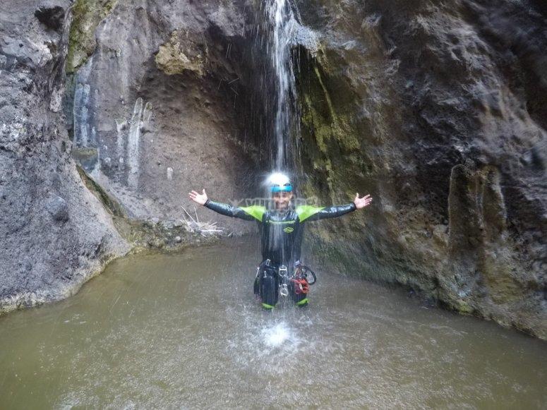 在瀑布的溪流下