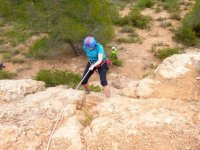 mujer descendiendo una montana