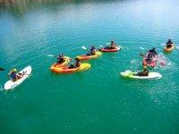 varias personas disfrutando de una navegacion en kayak