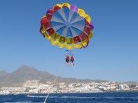 从船上转动滑伞查看