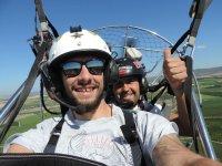 Volando en paramotor con el piloto