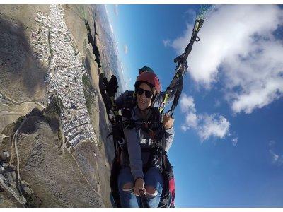 在滑翔伞隆达照片和视频的杂技飞行