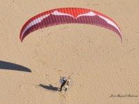 把你的脚在沙滩上飞行的飞行轨迹后