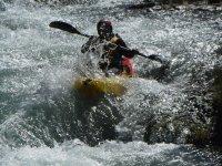 En el kayak pasando un rápido