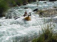 Remando en el rápido con el kayak