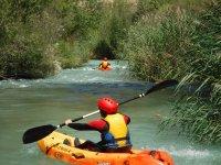 Entre la vegetación del río con los kayaks