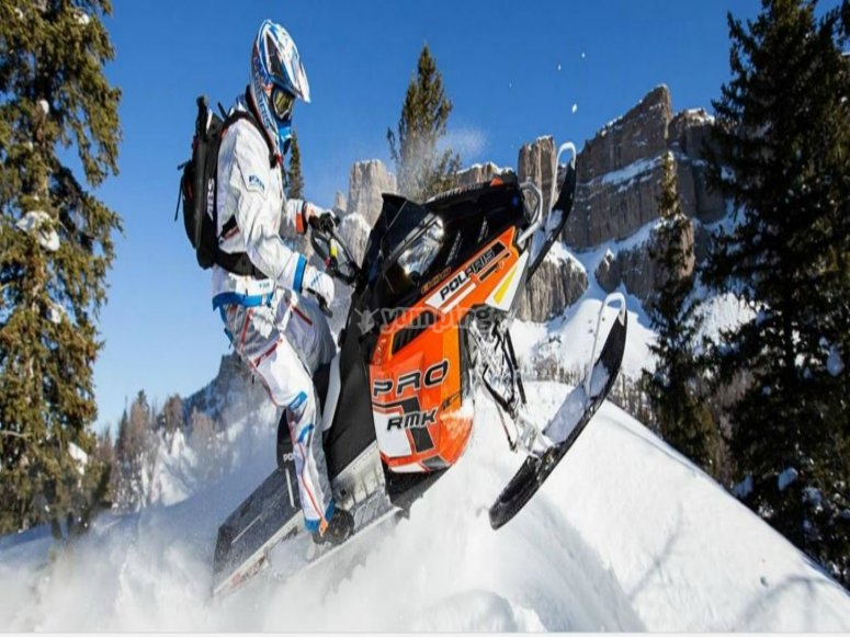 disfruta de las motos de nieve
