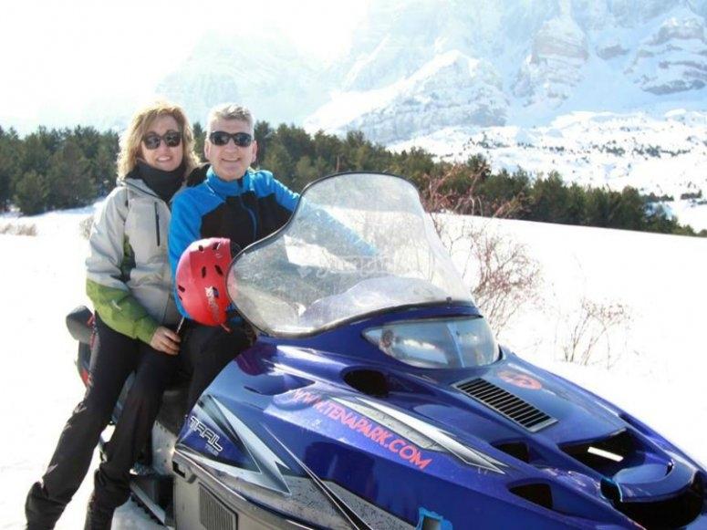 subidos en la moto de nieve