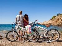 Pareja de ciclistas contemplando el Mediterraneo
