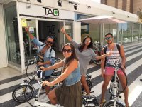 Turistas en bici en Benidorm