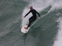 pasa el dia surfeando