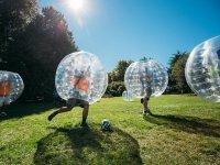 Jugando al futbol burbuja