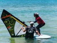 Atención personalizada en cada clase de windsurf
