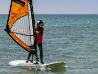Pequeña aprendiendo windsurf