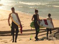 Amigos aprendiendo surf en Tarifa