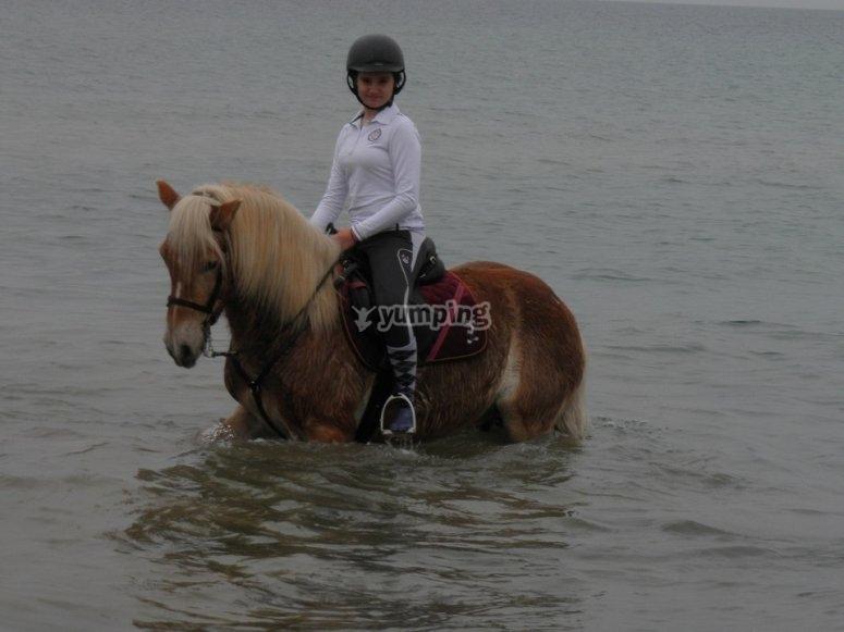 Joven jinete en el agua