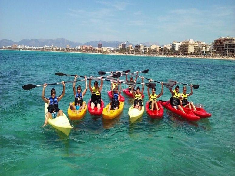 Grupo de varios kayaks