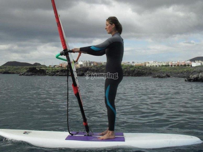 De pie sobre la tabla de windsurf