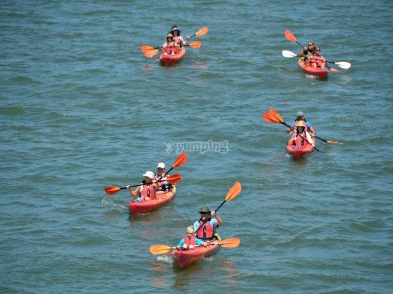 Grupo de kayaks en el mar