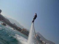 Salendo con attrezzatura flyboard