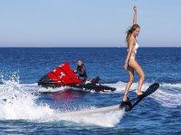 Hoverboard vicino alla moto d'acqua