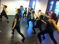 舞蹈课在一个封闭的房间