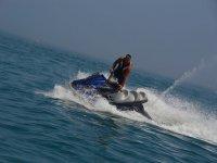 De pie en moto de agua