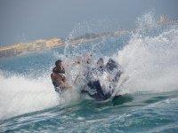 L'uomo su una moto d'acqua