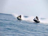 Ragazzi su moto d'acqua