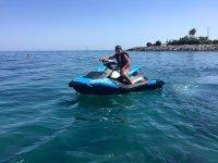 青年滑水摩托艇站在