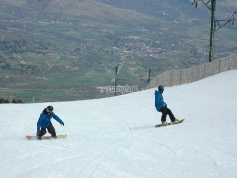Realizando snowboard