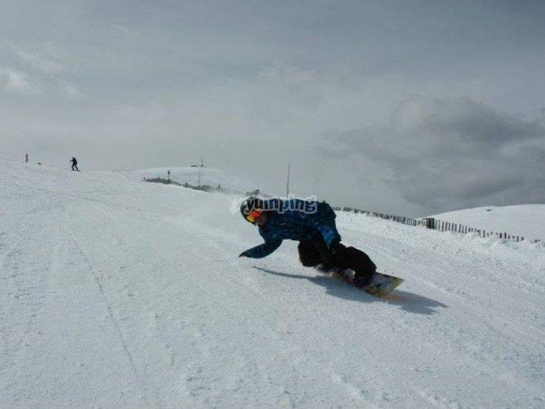 Tumbando en el descenso de snow