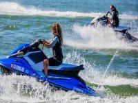 领航的滑水摩托艇抱住SeaBob高空