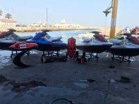 Motociclette nautiche in attesa nel porto