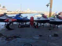 Motos nauticas esperando en puerto