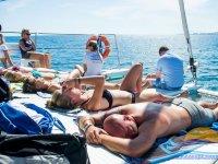 躺在甲板上晒太阳
