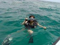 享受潜水的