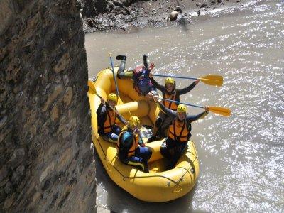 漂流在PirámidesEsera河的峡谷