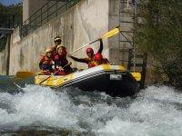 Pasando rápidos con el rafting