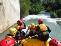 Remando en equipo durante el rafting