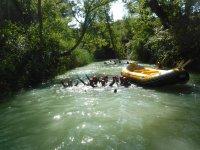 Junto al raft en el agua