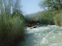 Divertidos rápidos haciendo rafting