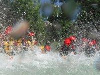 Juegos en el agua durante el rafting