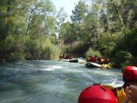 Amigos haciendo rafting en Teruel